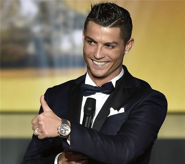 Cristiano Ronaldo là VĐV kiếm tiền giỏi nhất thế giới.