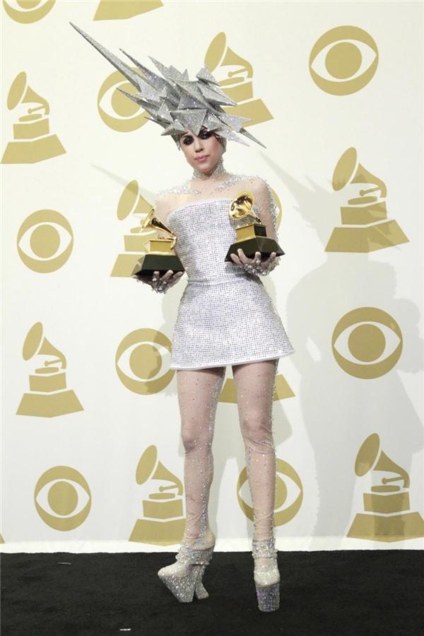 Phát choáng với những bộ cánh thập phần bá đạo của Lady Gaga