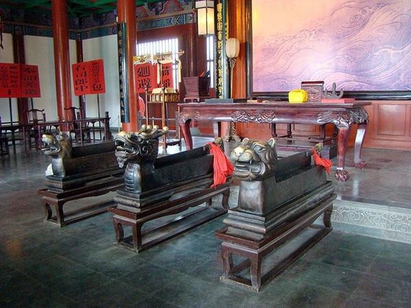 Long đầu trảm, hổ đầu trảm, cẩu đầu trảm được sử dụng trong thời nhà Tống. (Ảnh: cắt từ phim Bao Thanh Thiên)