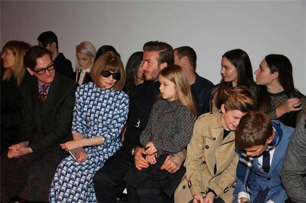 """Ngồi ngay hàng ghế đầu,gia đình nhà Beck """"nổi bần bật"""" trong những bộ cánh cực kì sang chảnhthu hút mọi ánh nhìn."""