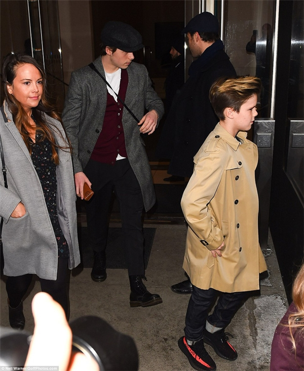 Cruz Beckhambảnh bao với trench coat Burberry và sneaker Yeezy 350 V2.