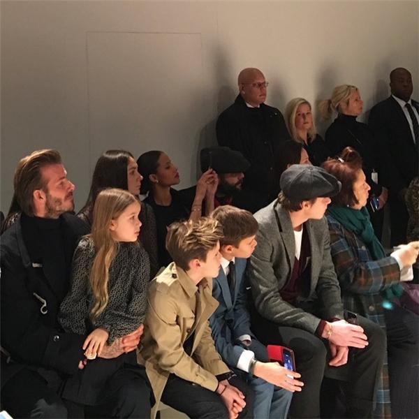 Gia đình Beckham gây náo loạn show thời trang vì quá sành điệu