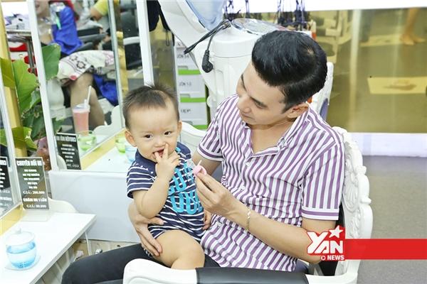 Ba nuôi đưa con trai Phi Thanh Vân đi cắt tóc - Tin sao Viet - Tin tuc sao Viet - Scandal sao Viet - Tin tuc cua Sao - Tin cua Sao