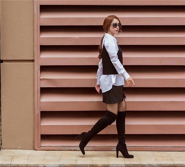 Đôi boots tối màu giúp tăng phần cá tính, phá cách cho bộ trang phục của Quỳnh Thy.