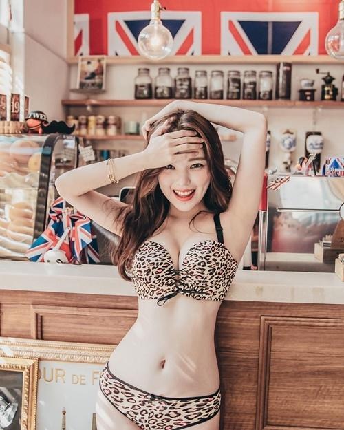 Mặc dù là người mẫu nội y nhưng Ha Neul luôn toát lên vẻ dễ thương tinh nghịch và không hề khiêu khích.