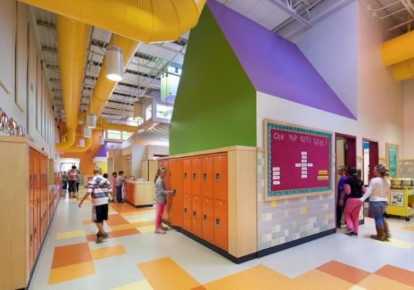Hệ thống wifi phủ sóng toàn trường sẽ giúp các em học sinh tăng khả năng tương tác với giáo viên, với bạn học hay tự do tìm kiếm bài vở hàng ngày.