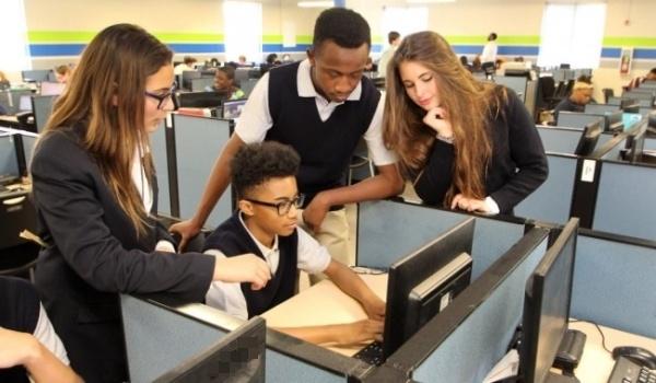 """Mỗi """"ô làm việc"""" đều có một chiếc máy vi tính, và thông qua chiếc máy vi tính này học sinh có thể tự theo dõi chương trình học tập của mình rồi tự tìm kiếm, tiếp cận và học tập những kiến thức cần thiết."""
