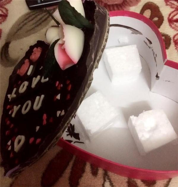 Chưa hết vui mừng vì hộp sô cô la trái tim ngọt ngào cô gái trẻ còn nhanh chóng phát hiện sự thật bên dưới đó là mảnhxốp dày cộm.