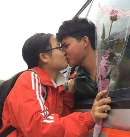 Nụhôn tiễn biệt người yêu trước khi lên đường nhập ngũ đã trở thành hình ảnh lãng mạn nhất mùa Valentine năm nay.