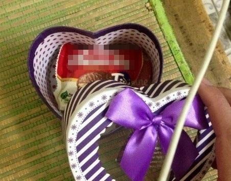 """""""Phải mất cả ngày đi tìm khắp thành phố Đà Nẵng mới chọn cho người yêu món quà ưng ý"""" - những dòng chia sẻ ngọt ngào đã đủ đốn tim nàng đi kèm với món quà """"của ít lòng nhiều""""."""