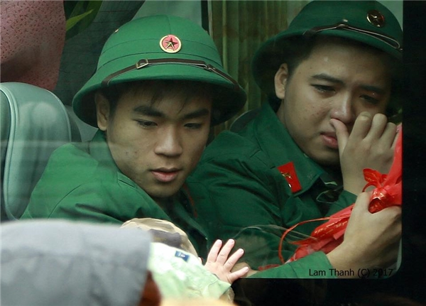 Có ai nhìn thấy đôi bàn tay bé nhỏ của một em bé tì vào cửa kính, và vẻ mặt đượm buồn của chàng trai trẻ?