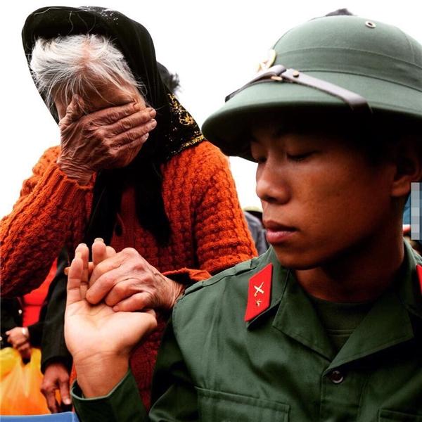 Cụ già không kiềm nổi dòng nước mắt trong thời khắc chia tayđứa cháu yêu.