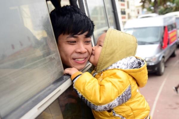 Nụ hôn của đứa cháu bé bỏng như một lời chúc chú lên đường bình an.