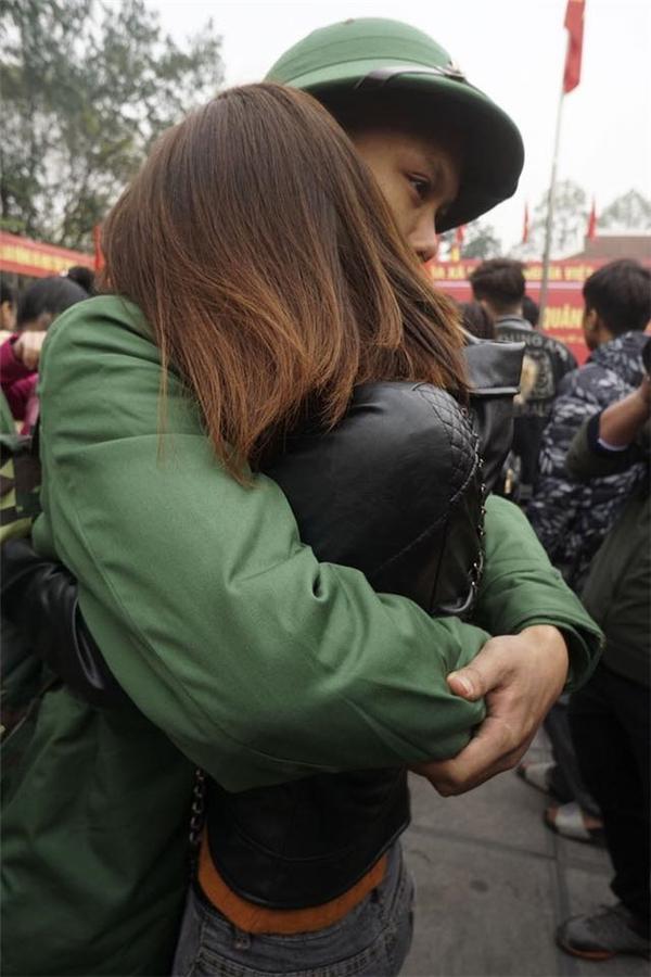 Cô người yêu bịn rịn ôm chặt bạn trai lần nữatrước khi anh lên xe nhập ngũ.