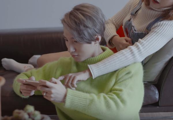 Với màu tóc xám khói cùng làn da trắng, Sơn Tùng đã có màn xuất hiện vô cùng bắt mắt với chiếc áo len trên trong từng khung hình lãng mạn tại Hàn Quốc. Được biết, chiếc áo này có giá khoảng 4 triệu đồng.
