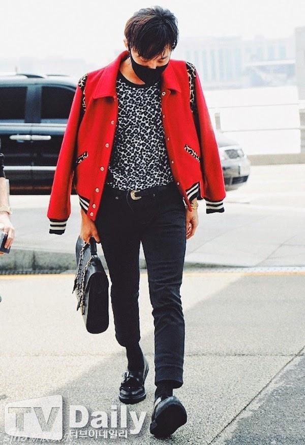 """Nếu như G-Dragon cá tính """"chất lừ"""" thì Sơn Tùng lại có phần nhẹ nhàng, đơn giản hơn với chiếc áo khoác màu đỏ rực rỡ."""