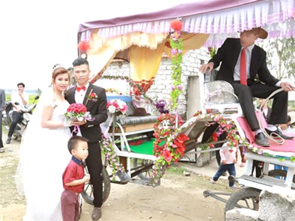 Ban đầu, cô dâu rất ái ngại không dám bước lên xe. (Ảnh: NVCC)