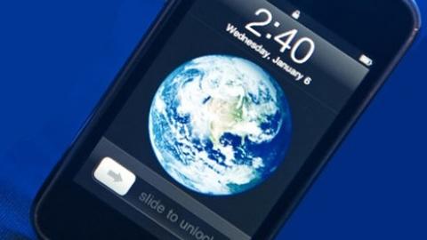 Blue Marble là sự kết hợp hoàn hảo từ rất nhiều ảnh vệ tinh lại với nhau với tỷ lệ chính xác bởi tác giảRobert Simmon.