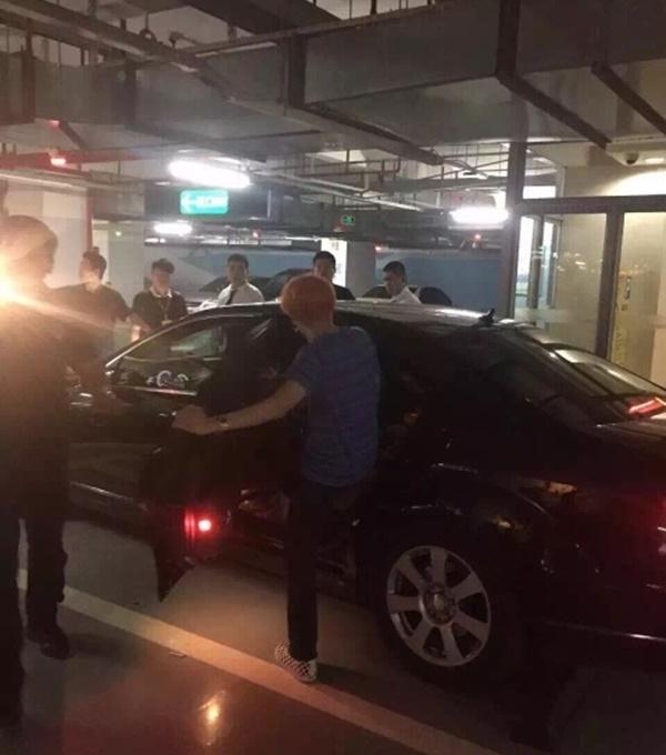 Các thành viên lần lượt rời địa điểm ăn chơi trở về khách sạn
