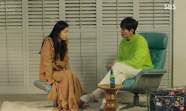 """Trước Sơn Tùng, Lee Min Ho cũng """"phải lòng"""" chiếc áo màu xanh rực rỡ. Nam diễn viên trông vô cùng lãng tử khi kết hợp cùng quần trắng mang lại vẻ ngoài trẻ trung."""