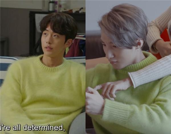 """""""Hot boy kình ngư""""Jung Joon Hyung lại phối chiếc áo này cùng với quần jeans xám đen để tiết chế lại độ chói của tông xanh mạ."""