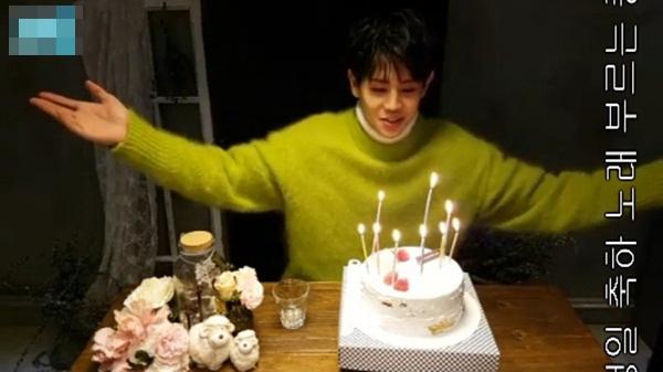 Yang Yoseob phối thêm áo phôngtrắng bên trong khi diện sweater bên ngoài theo phong cách thư sinh đặc trưng. Nam ca sĩ vô cùng nổi bật, tươi trẻ trong ngày sinh nhật.