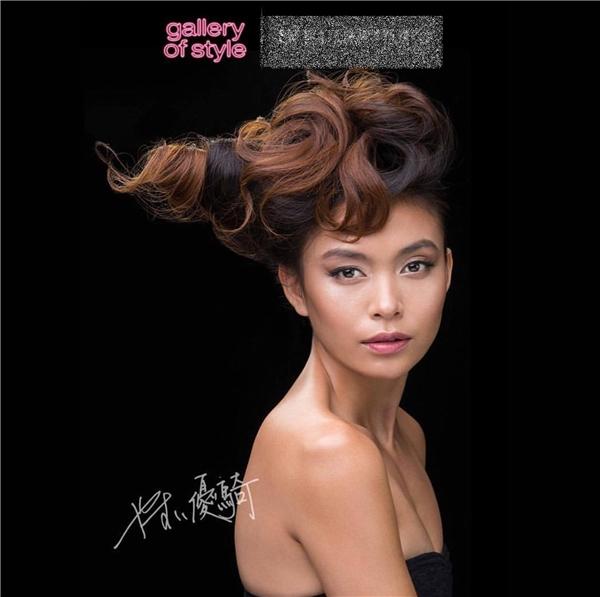 Trong chùm ảnh quảng cáo, dưới bàn tay của Yuki Yasui - nghệ nhân tóc xứ hoa anh đào, Mâu Thủy trở nên quyến rũ với kiểu tóc ấn tượng lấy cảm hứng từ thiên nhiên đất nước mặt trời mọc kết hợp với nghệ thuật tạo kiểu tóc truyền thống của Nhật Bản.