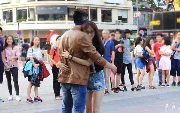 Nhiều bạn trẻ dành cho anh những cái ôm rất ấm áp. (Ảnh: Internet)