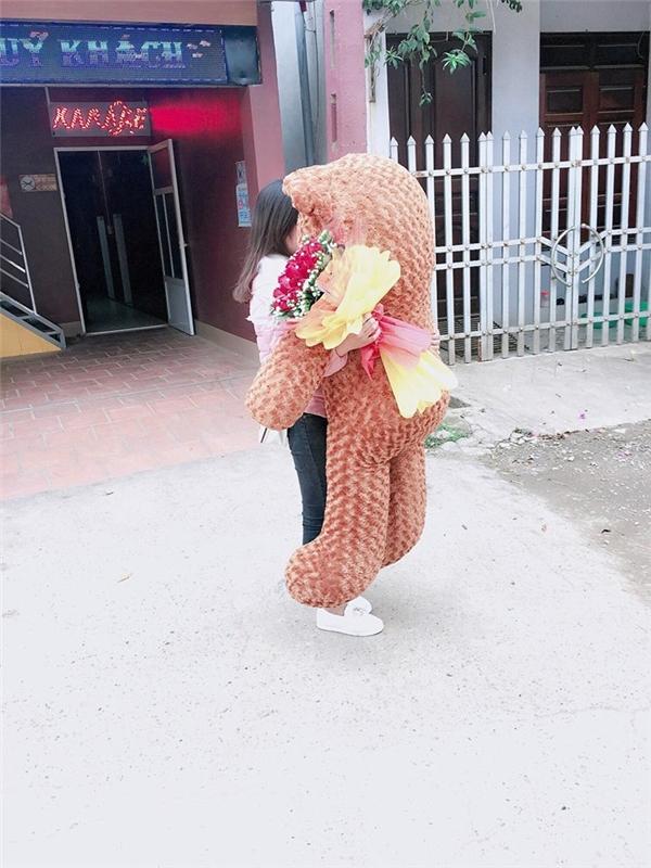 Chú gấu bông to bằng người cô gái là món quà mà anh chàng tặng người yêu.