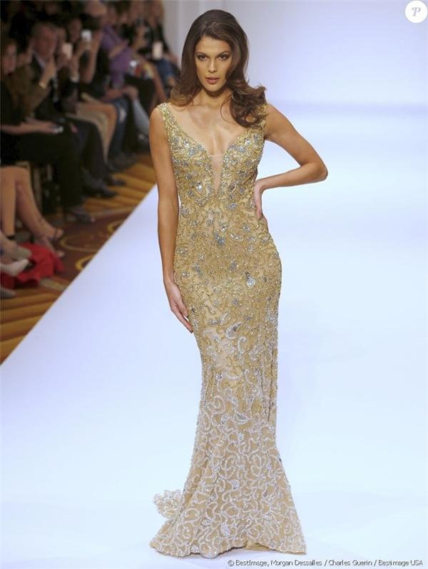 Iris Mittenaere diện thiết kế ôm sát màu vàng kim khoe đường cong gợi cảm. Dù chỉ cao khoảng 1m73 nhưng Hoa hậu Hoàn vũ 2016 lại có thân hình cân đối, thon thả. Đây cũng chính là điểm cộng của cô tại Miss Universe năm nay.