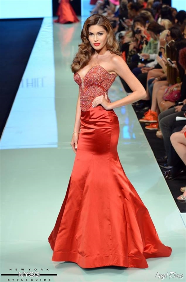 Gabriela Isler là Hoa hậu Hoàn vũ trình diễn nhiều thiết kế Sherri Hill trong những năm gần đây. Với chiều cao ấn tượng 1m80 cùng hình thể bốc lửa, Hoa hậu Hoàn vũ 2013 dễ dàng chiếm trọn tình cảm của khán giả khi diện những thiết kết ôm sát, cắt xẻ cùng kĩ năng catwalk điêu luyện.
