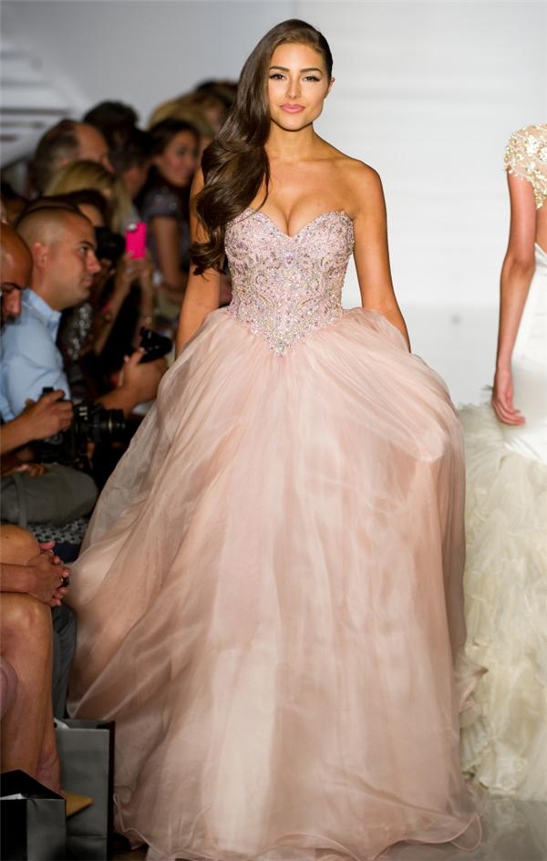 Sau khi đăng quang, Olivia không diễn catwalk cho show của Sherri Hill vào đầu năm 2013 mà chỉ chụp ảnh. Mãi đến năm 2014, cô mới xuất hiện trên sàn diễn của thương hiệu này với vai trò người mẫu.Olivia Culpo diện đầm xòe điệu đà như công chúa với tông màu pastel đặc trưng. Hoa hậu Hoàn vũ 2012 có chiều cao khiêm tốn nhưng vẫn nổi bật trên sàn diễn nhờ thần thái tự tin, bản lĩnh.
