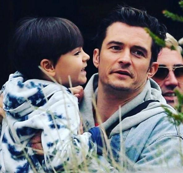 Lâu ngày mới gặp được bố,Flynn vô cùng vui vẻ và luôn nở nụ cười tươi tắn.
