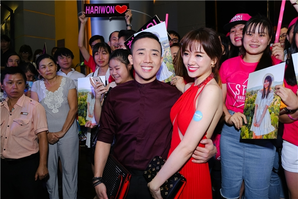 Các fan của Hari Won đã có mặt từ rất sớm, mang theo poster, light stick để cổ vũ tinh thần cho nữ ca sĩ. - Tin sao Viet - Tin tuc sao Viet - Scandal sao Viet - Tin tuc cua Sao - Tin cua Sao