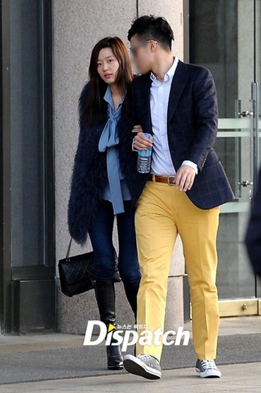 Jun Ji Hyun thường xuyên ra ngoài với áo lông như thế này.