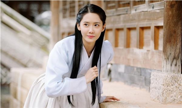 Trang phục truyền thống trắng muốt cùng mái tóc suôndài, Yoona quá xuất sắc trong tạo hình nhân vật này. Màn ảnh Hàn lại sắp có thêm một mĩ nhân tuyệt đẹp.