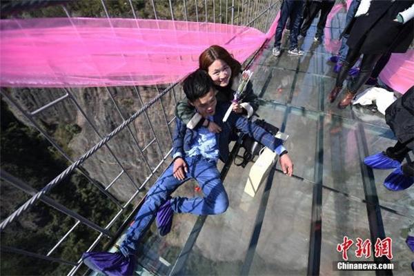 Thử thách tình yêu bằng cuộc thi hôn nhau trên cầu đáy kính cao 180m