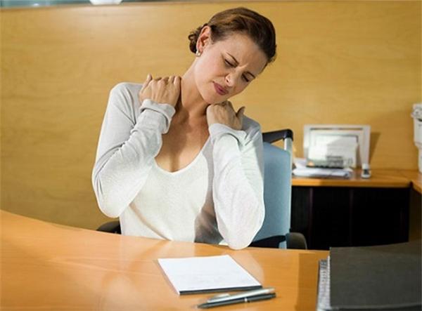 Nếu bạn không làm việc nặng nhọc, mà chân, lưng và các khớp xương vẫn bị đau nhứcrất nhiều thì hãy đến gặp bác sĩ và xin được xét nghiệm máu.