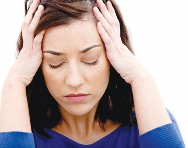Khi virus HIV tấn công, hệ miễn dịch sẽ yếu đi, khiến bạn luôn dễ bị ốm vặt, nhất là bị đau họng và đau đầu thường xuyên.