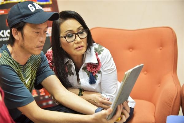 Nam danh hài tranh thủ thời gian nghiên cứu chương trình với hai giám khảo còn lại là Thanh Hằng và Phi Nhung. - Tin sao Viet - Tin tuc sao Viet - Scandal sao Viet - Tin tuc cua Sao - Tin cua Sao