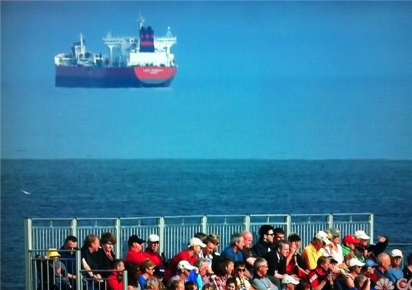 Sự thay đổi màu sắc của nước biển đã khiến người ta cảm tưởng chiếc tàu khổng lồ đằng xa đang bay lơ lửng trongkhông trung. (Ảnh: Internet)