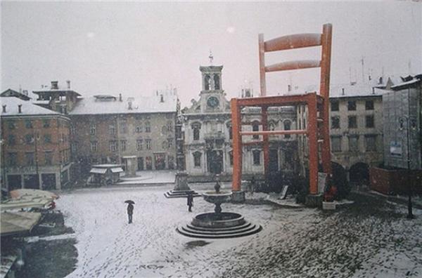 Chiếc ghế khổng lồ này được đặt tại quảng trường Manzano, Friuli của nước Ý. Đây là một thị trấn có nhiều thợ thủ công làm ghế nổi tiếng nhất thế giới sinh sống. (Ảnh: Internet)