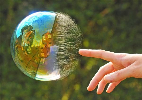 Chỉ là một khoảnh khắc chạm tay vào quả bóng xà phòng được ống kính bắt kịp. (Ảnh: Internet)