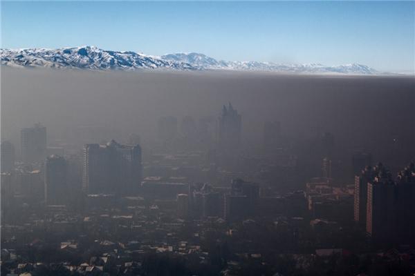 Đây là thành phố Almaty, cố đô của Kazakhtan. Bức ảnh khiếnnhiều người có cảm tưởng như thành phố này đang chìm dưới một thế lực đen tối giống như trong bộ phim khoa học viễn tưởng nào đó. (Ảnh: Internet)