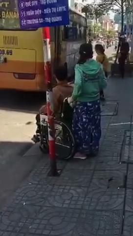 """Đi được một đoạn, xe buýt dừng lại tiếp tục đón khách, nhưng vẫn """"bỏ lơ"""" người khuyết tật và cô gái đi cùng. (Ảnh: Cắt từ clip)"""