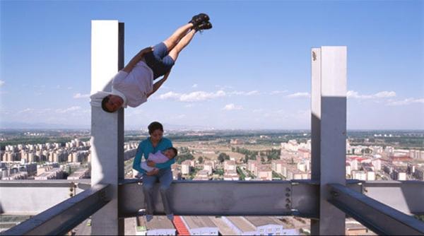 Anh ấy đã vượt qua được lực hấp dẫn và có thể bay? Sự thật nằm ở kĩ thuật chụp ảnh không trọng lượng độc đáo của nhiếp ảnh gia nhé! (Ảnh: Internet)