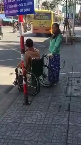 Cô gái và người khuyết tật chỉ biết ngơ ngác giữa đường. (Ảnh: Cắt từ clip)
