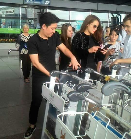 Ngay khi vừa xuất hiện tại sân bay, cặp đôi đã thu hút nhiều sự chú ý của đông đảo khán giả. - Tin sao Viet - Tin tuc sao Viet - Scandal sao Viet - Tin tuc cua Sao - Tin cua Sao