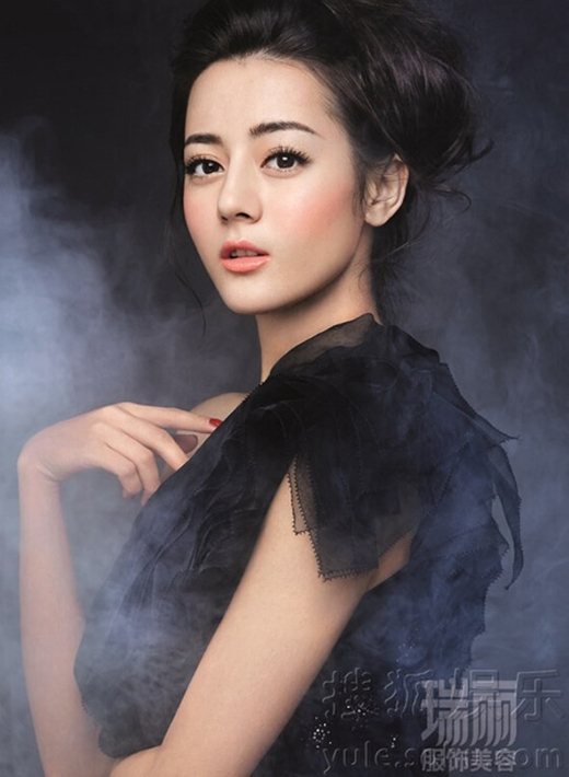 Ngay từ lúc còn là sinh viên của Học viện Hý kịch Thượng Hải, mỹ nhân sinh năm 1992, người dân tộc Duy Ngô Nhĩ, Tân Cương này đã được ca tụng là Hoa khôi với vẻ đẹp lai vô cùng ấn tượng.