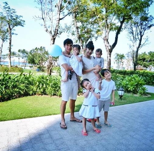 Sau hơn 6 năm kết hôn, Minh Hà đã sinh cho Lý Hải 4 người con gồm 2 bé trai và 2 bé gái. Nếu tiếp tục đón thêm thành viên mới, gia đình Lý Hải sẽ làgia đình nghệ sĩ đông con bậc nhất V-biz hiện tại. - Tin sao Viet - Tin tuc sao Viet - Scandal sao Viet - Tin tuc cua Sao - Tin cua Sao